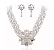 splendidi cristalli e perle di imitazione gioielleria, tra collane e orecchini